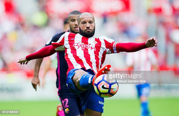 Alberto Lora of Real Sporting de Gijon controls the ball during the La Liga match between Real Sporting de Gijon and FC Barcelona at Estadio El...