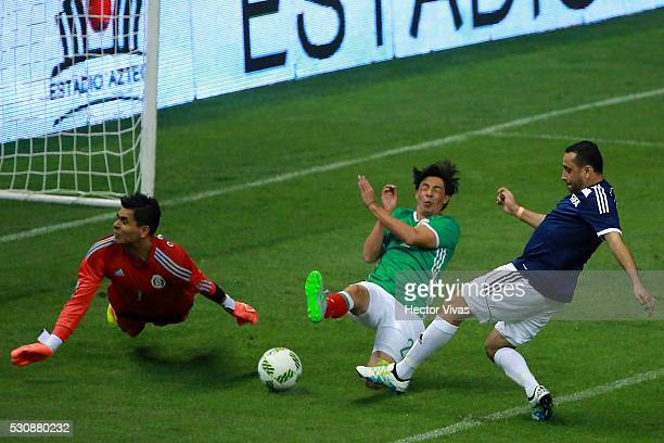 Alberto Rodriguez and Oswaldo Sanchez Mexico's All Star Team struggles for the ball with Sami Al Jaber of FIFA Football Legends during the FIFA...
