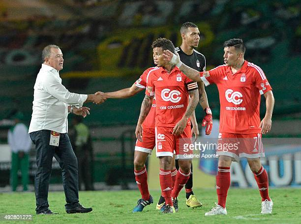 Alberto Suarez coach of America de Cali congratulates his players after winning a match between Deportes Quindio and America de Cali as part of 14th...