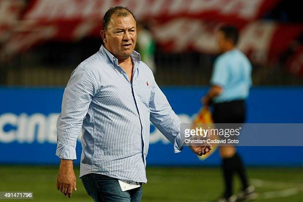 Alberto Su‡arez coach of AmŽerica de Cali looks on during a match between America de Cali and Leones FC as part of 13th round of second leg of Torneo...