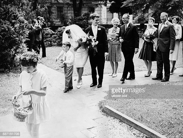Albertz Heinrich evang Theologie Politiker D Albertz mit Ehefrau Ilse hinter seiner Tochter mit ihrem Bräutigam 1966