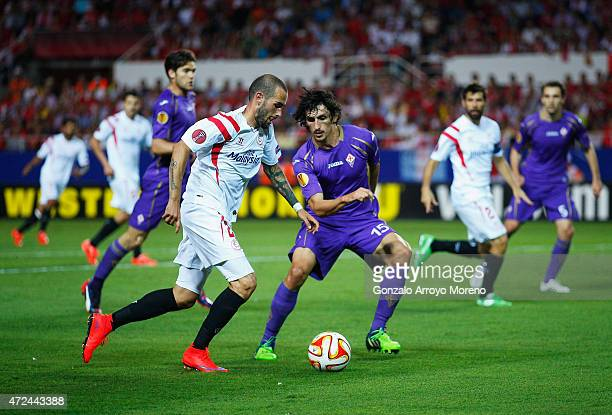 Aleix Vidal of Sevilla takes on Stefan Savic of Fiorentina during the UEFA Europa League Semi Final first leg match between FC Sevilla and ACF...