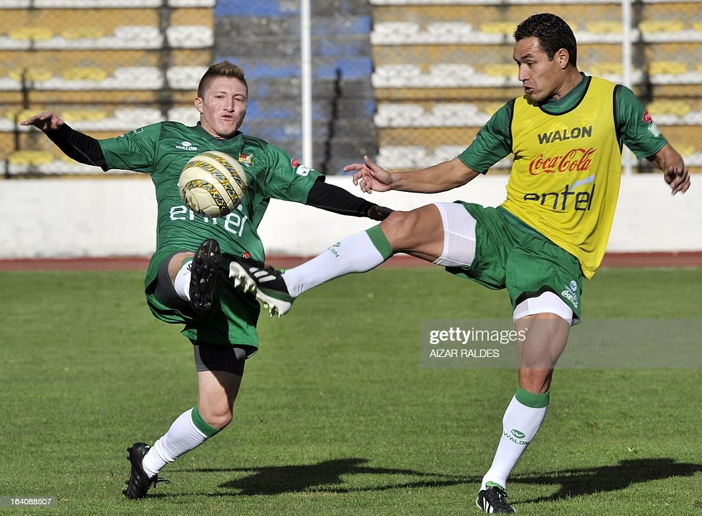 Alejandro Chumacero (L) and Walberto Mojica, take part in a training session of the Bolivian national football team in La Paz on March 19, 2013. Bolivia will face Colombia on march 22 and Argentina on march 26 in matches of the Brazil 2014 FIFA World Cup South American qualifier. AFP PHOTO/AIZAR RALDES