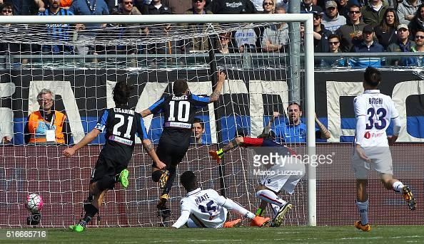 Alejandro Dario Gomez of Atalanta BC scores the opening goal during the Serie A match between Atalanta BC and Bologna FC at Stadio Atleti Azzurri...
