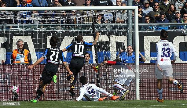 Alejandro Dario Gomez of Atalanta BC scores the opening goal during the Serie A match between Atalanta BC and Bologna FC at Stadio Atleti Azzurri...