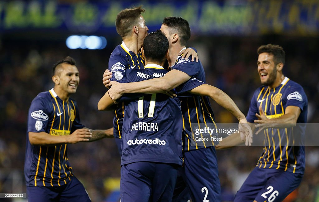 Alejandro Donatti of Rosario Central and teammates celebrate their team's third goal during a second leg match between Rosario Central and Gremio as part of Copa Bridgestone Libertadores 2016 as part of round of 16 of Copa Bridgestone Libertadores 2016 at Gigante de Arroyito Stadium on May 05, 2016 in Rosario, Argentina.