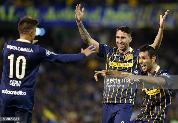 Alejandro Donatti of Rosario Central and teammates celebrate their team's third goal during a second leg match between Rosario Central and Gremio as...
