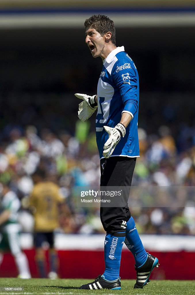 Alejandro Garcia, Pumas goalkeeper talks to his teammates during a match between Pumas and Santos as part of the Clausura 2013 at Olímpico Stadium on February 03, 2013 in Mexico City, Mexico.