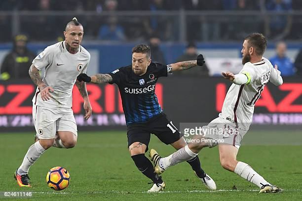Alejandro Gomez of Atalanta BC is challenged by Daniele De Rossi of AS Roma during the Serie A match between Atalanta BC and AS Roma at Stadio Atleti...