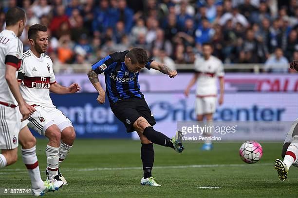 Alejandro Gomez of Atalanta BC scores a goal during the Serie A match between Atalanta BC and AC Milan at Stadio Atleti Azzurri d'Italia on April 3...