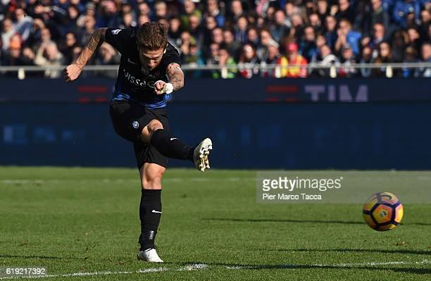 Alejandro Gomez of Atalanta BC scores the third goal for Atalanta BC during the Serie A match between Atalanta BC and Genoa CFC at Stadio Atleti...