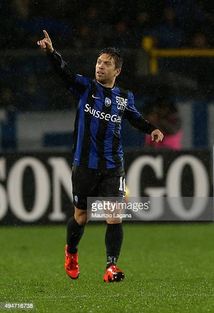 Alejandro Gomez of Atalanta celebrates after scoring the equalizing goal during the Serie A match between Atalanta BC and SS Lazio at Stadio Atleti...