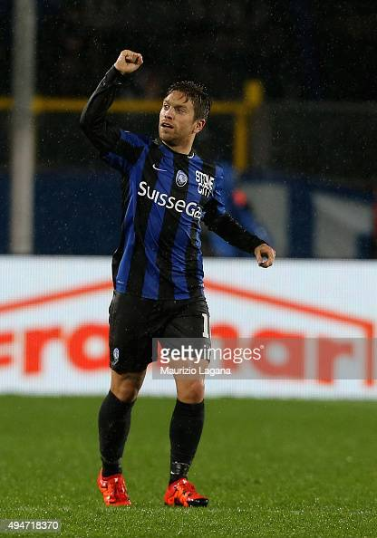 Alejandro Gomez of Atalanta celebrates after scoring the winning goal during the Serie A match between Atalanta BC and SS Lazio at Stadio Atleti...