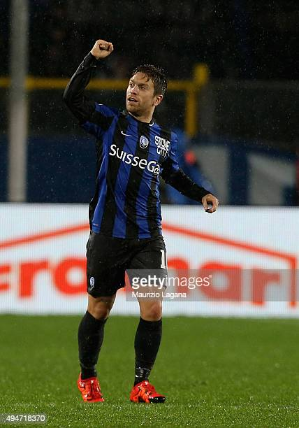 Alejandro Gomez of Atalanta celebrates after scoring the winning goal during the Serie A match between Atalanta BC and SS Lazio at Stadio Atleti...