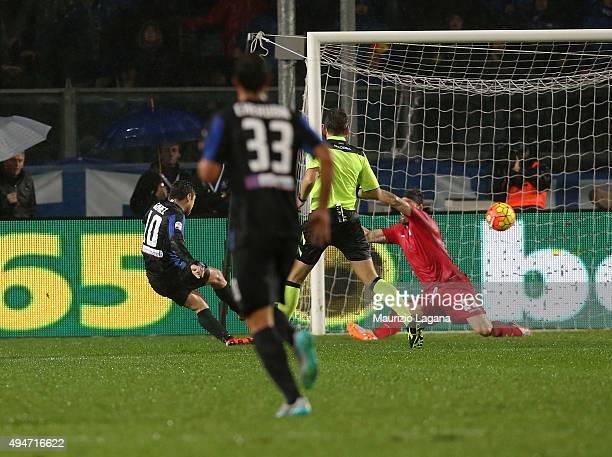 Alejandro Gomez of Atalanta scores the winning goal during the Serie A match between Atalanta BC and SS Lazio at Stadio Atleti Azzurri d'Italia on...