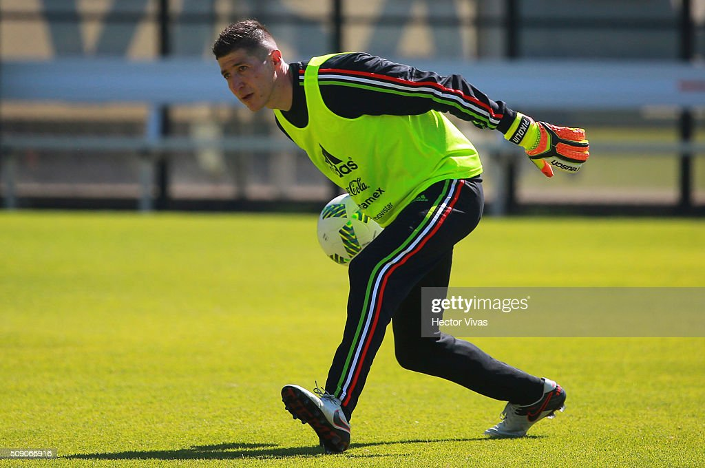 Alejandro Palacios passes the ball during a Mexico training session at Centro de Alto Rendimiento on February 08, 2016 in Mexico City, Mexico. Mexico will face Senegal on February 10, 2016. (Photo by Hector Vivas/LatinContent