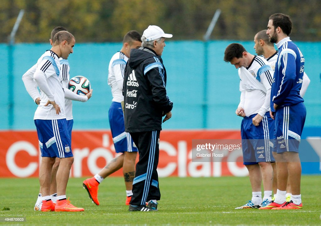 <a gi-track='captionPersonalityLinkClicked' href=/galleries/search?phrase=Alejandro+Sabella&family=editorial&specificpeople=5768060 ng-click='$event.stopPropagation()'>Alejandro Sabella</a> head coach of Argentina gives instructions to his players during an Argentina training session at Ezeiza Training Camp on May 31, 2014 in Ezeiza, Argentina.