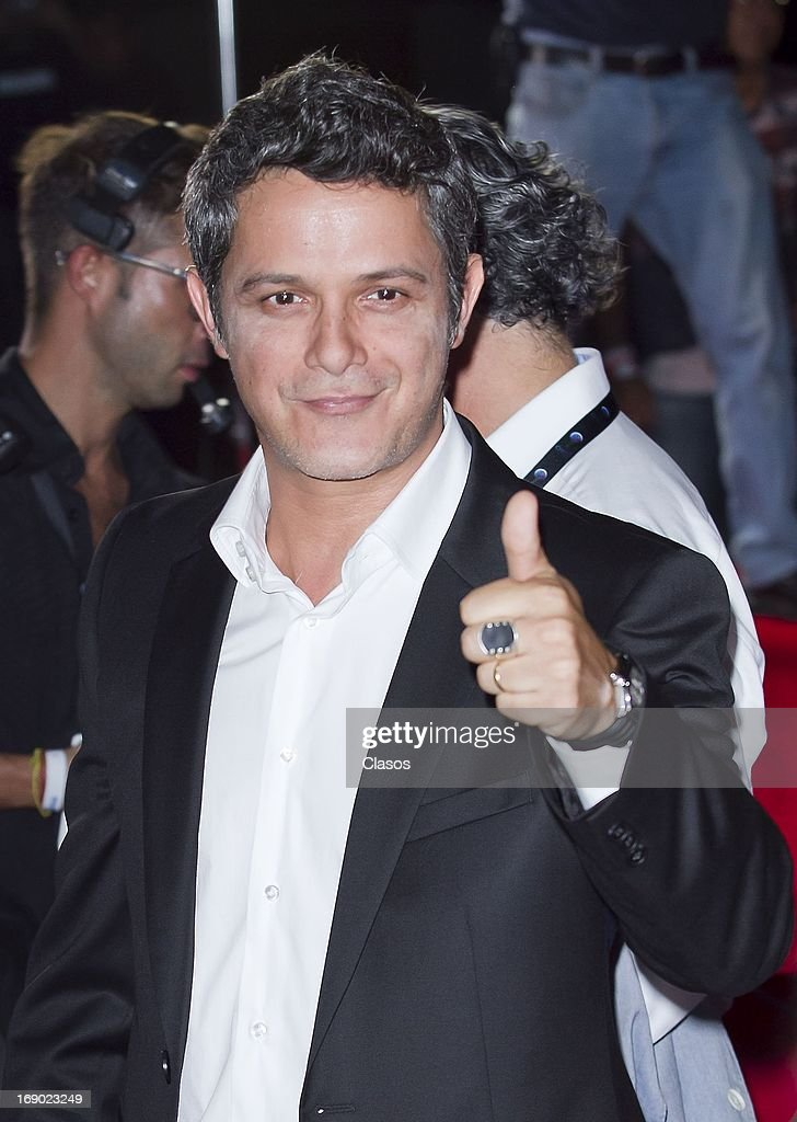 Alejandro Sanz poses at the red carpet of the Premios Oye! on May 16, 2013 in Mazatlan, Mexico.