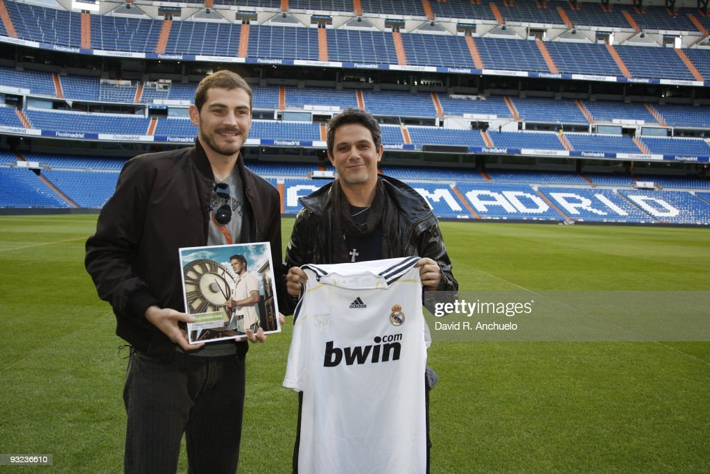 ¿Cuánto mide Alejandro Sanz? - Estatura real: 1,70 - Real height Alejandro-sanz-poses-with-and-real-madrid-goalkeeper-iker-casillas-as-picture-id93236610