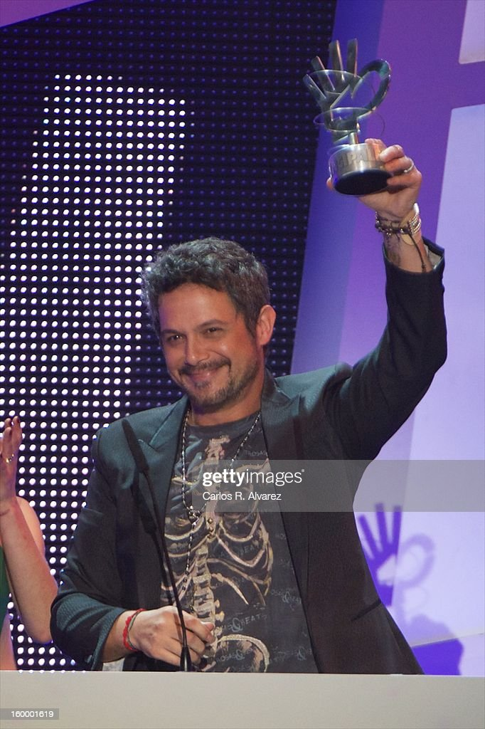 <a gi-track='captionPersonalityLinkClicked' href=/galleries/search?phrase=Alejandro+Sanz&family=editorial&specificpeople=208757 ng-click='$event.stopPropagation()'>Alejandro Sanz</a> receives the '40 Principales' award during '40 Principales Awards' 2012 at Palacio de los Deportes on January 24, 2013 in Madrid, Spain.