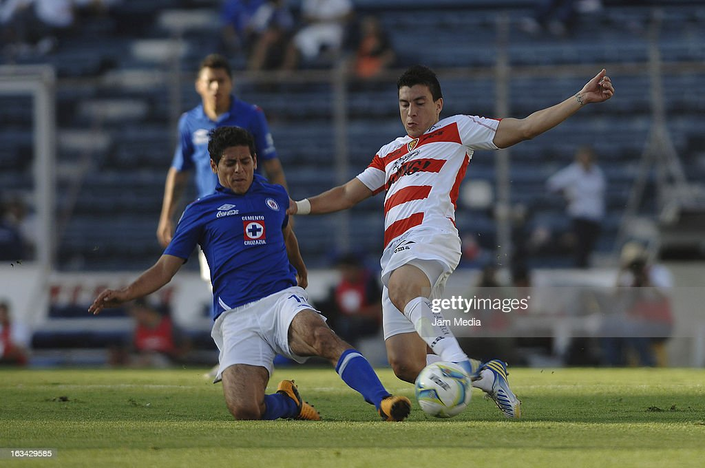 Alejandro Vela (L) of Cruz Azul struggles for the ball with Jorge Rodriguez (R) of Jaguares during the Clausura 2013 Liga MX at Azul Stadium on march 09, 2013 in Mexico City, Mexico.