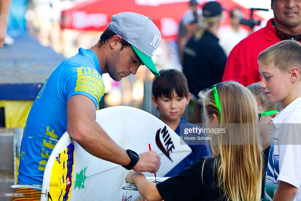 Alejo Muniz of Brasil signs his autograph for fans on November 24, 2012 in Haleiwa, Hawaii.