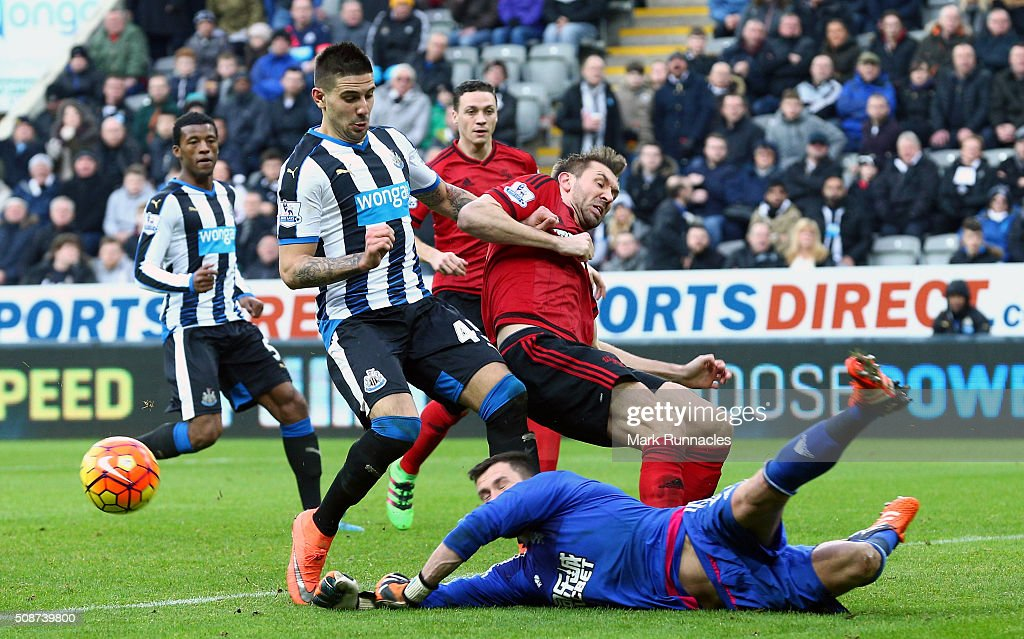 Aleksandar Mitrovic (L) of Newcastle United competes for the ball against <a gi-track='captionPersonalityLinkClicked' href=/galleries/search?phrase=Ben+Foster+-+Fu%C3%9Fballspieler&family=editorial&specificpeople=5333104 ng-click='$event.stopPropagation()'>Ben Foster</a> (R) and Gareth McAuley (C) of West Bromwich Albion during the Barclays Premier League match between Newcastle United and West Bromwich Albion at St James' Park on February 6, 2016 in Newcastle upon Tyne, England.
