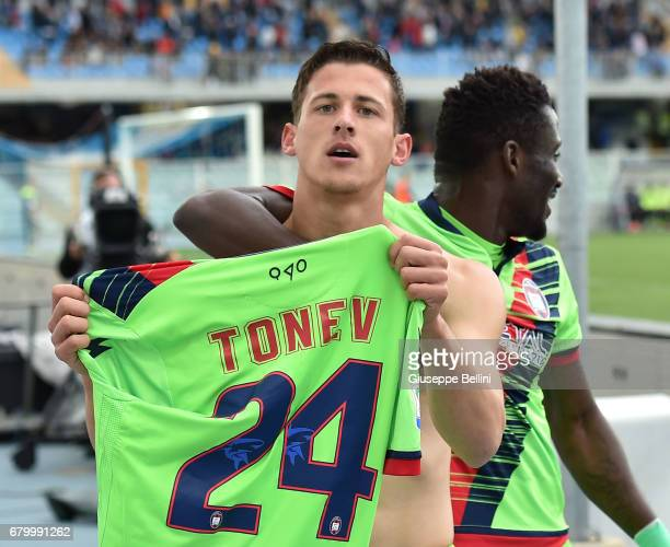 Aleksandar Tonev of FC Crotone celebrates after scoring the opening goal during the Serie A match between Pescara Calcio and FC Crotone at Adriatico...