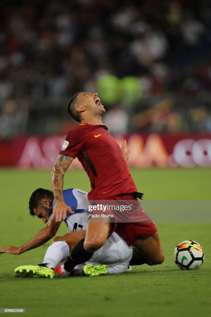 Alekxandar Kolarov (R) of AS Roma competes for the ball with Antonio Candreva of FC Internazionale during the Serie A match between AS Roma and FC Internazionale on August 26, 2017 in Rome, Italy.