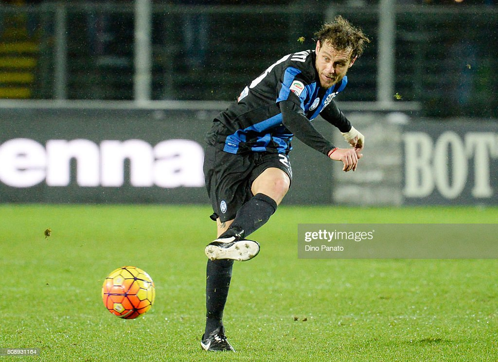 <a gi-track='captionPersonalityLinkClicked' href=/galleries/search?phrase=Alessandro+Diamanti&family=editorial&specificpeople=4891338 ng-click='$event.stopPropagation()'>Alessandro Diamanti</a> of Atalanta BC shoots during the Serie A match between Atalanta BC and Empoli FC at Stadio Atleti Azzurri d'Italia on February 7, 2016 in Bergamo, Italy.