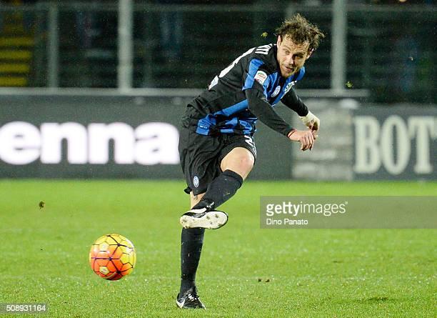 Alessandro Diamanti of Atalanta BC shoots during the Serie A match between Atalanta BC and Empoli FC at Stadio Atleti Azzurri d'Italia on February 7...