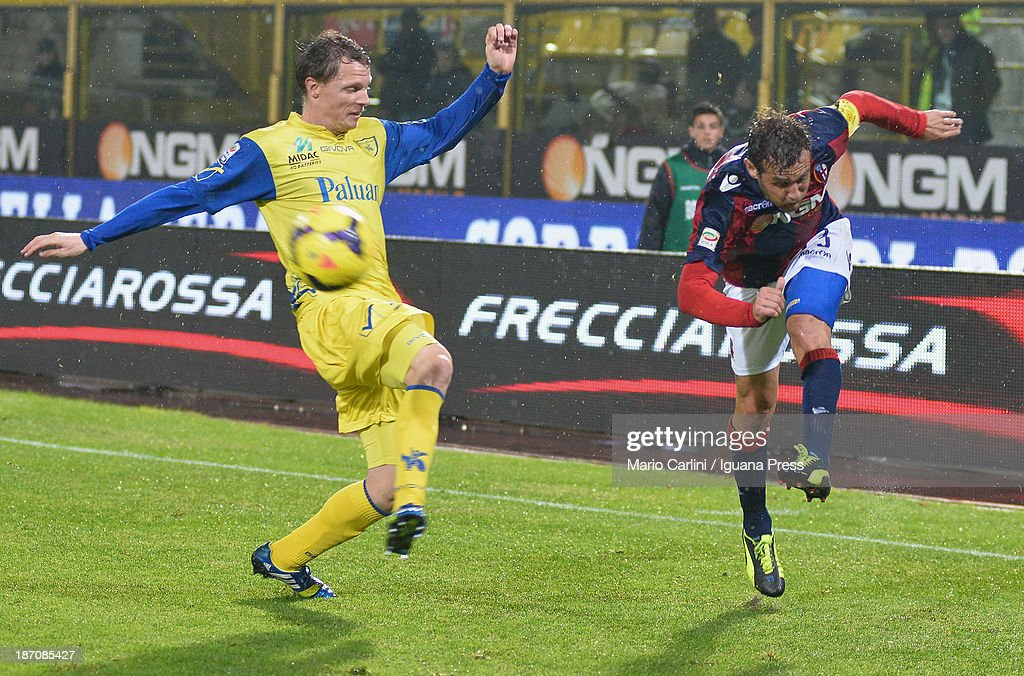 <a gi-track='captionPersonalityLinkClicked' href=/galleries/search?phrase=Alessandro+Diamanti&family=editorial&specificpeople=4891338 ng-click='$event.stopPropagation()'>Alessandro Diamanti</a> (R) of Bologna FC in action during the Serie A match between Bologna FC and AC Chievo Verona at Stadio Renato Dall'Ara on November 4, 2013 in Bologna, Italy.