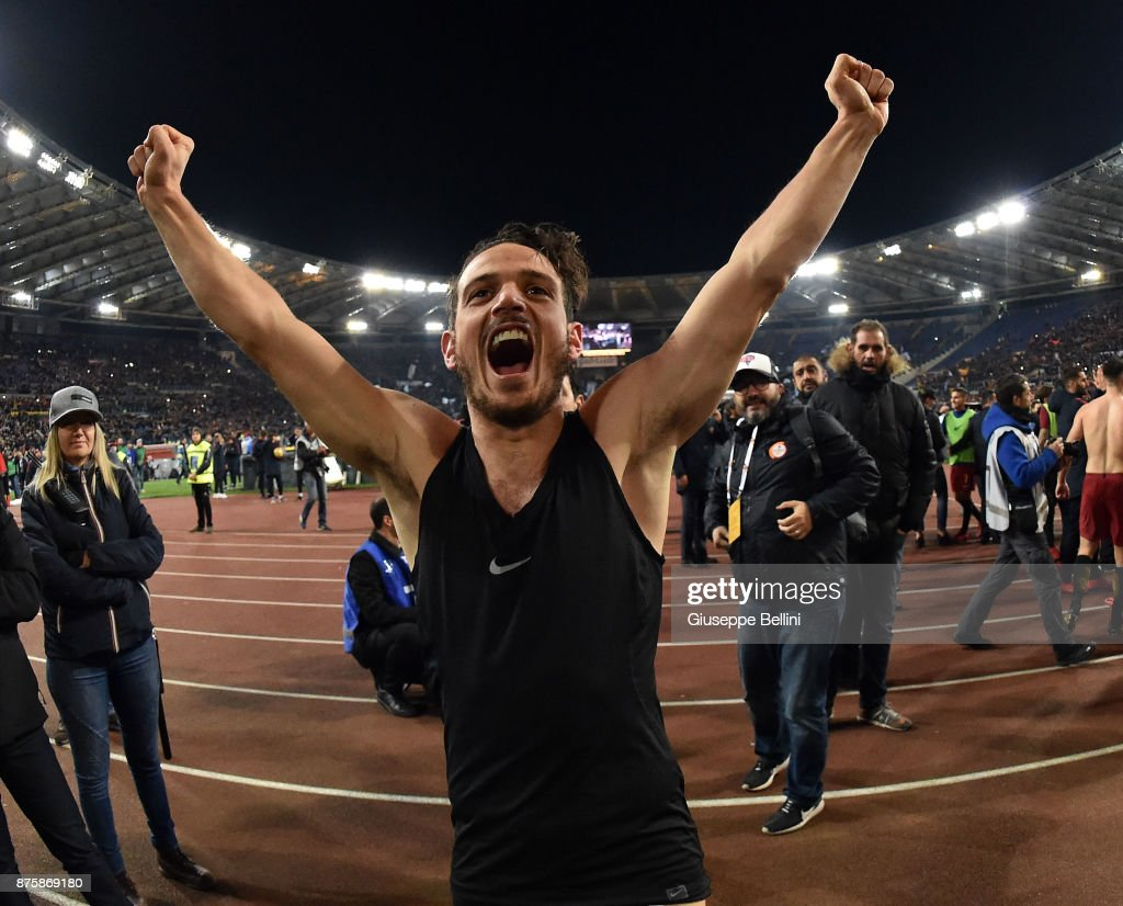 Alessandro Florenzi of AS Roma celebrates the victory after the Serie A match between AS Roma and SS Lazio at Stadio Olimpico on November 18, 2017 in Rome, Italy. (Photo by Giuseppe Bellini/Getty Images);