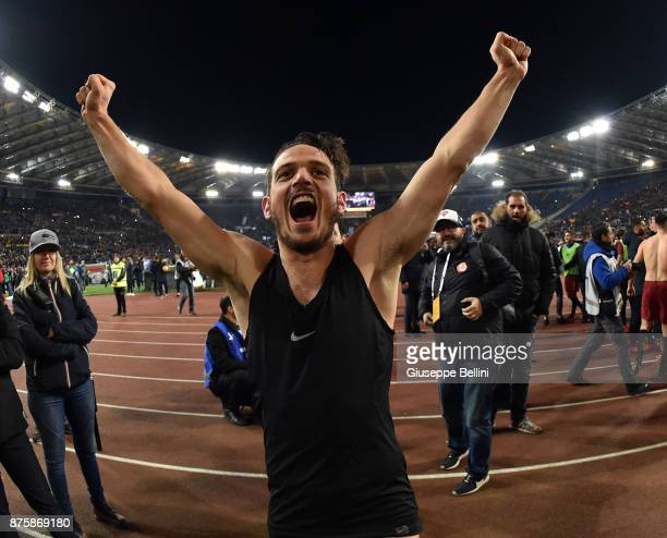 Alessandro Florenzi of AS Roma celebrates the victory after the Serie A match between AS Roma and SS Lazio at Stadio Olimpico on November 18 2017 in...