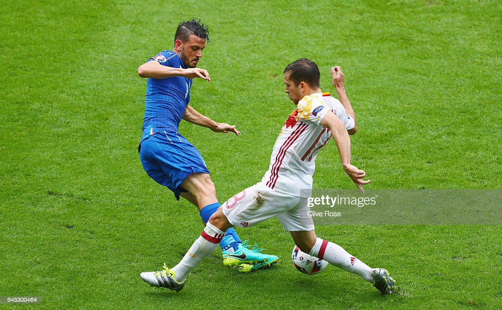 <a gi-track='captionPersonalityLinkClicked' href=/galleries/search?phrase=Alessandro+Florenzi&family=editorial&specificpeople=7349992 ng-click='$event.stopPropagation()'>Alessandro Florenzi</a> of Italy and <a gi-track='captionPersonalityLinkClicked' href=/galleries/search?phrase=Jordi+Alba&family=editorial&specificpeople=5437949 ng-click='$event.stopPropagation()'>Jordi Alba</a> of Spain compete for the ball during the UEFA EURO 2016 round of 16 match between Italy and Spain at Stade de France on June 27, 2016 in Paris, France.