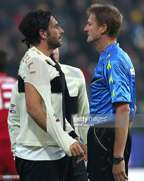 Alessandro Lucarelli of Parma FC disputes with referee Dino Tommasi during the Serie A match between Parma FC and Cagliari Calcio at Stadio Ennio...