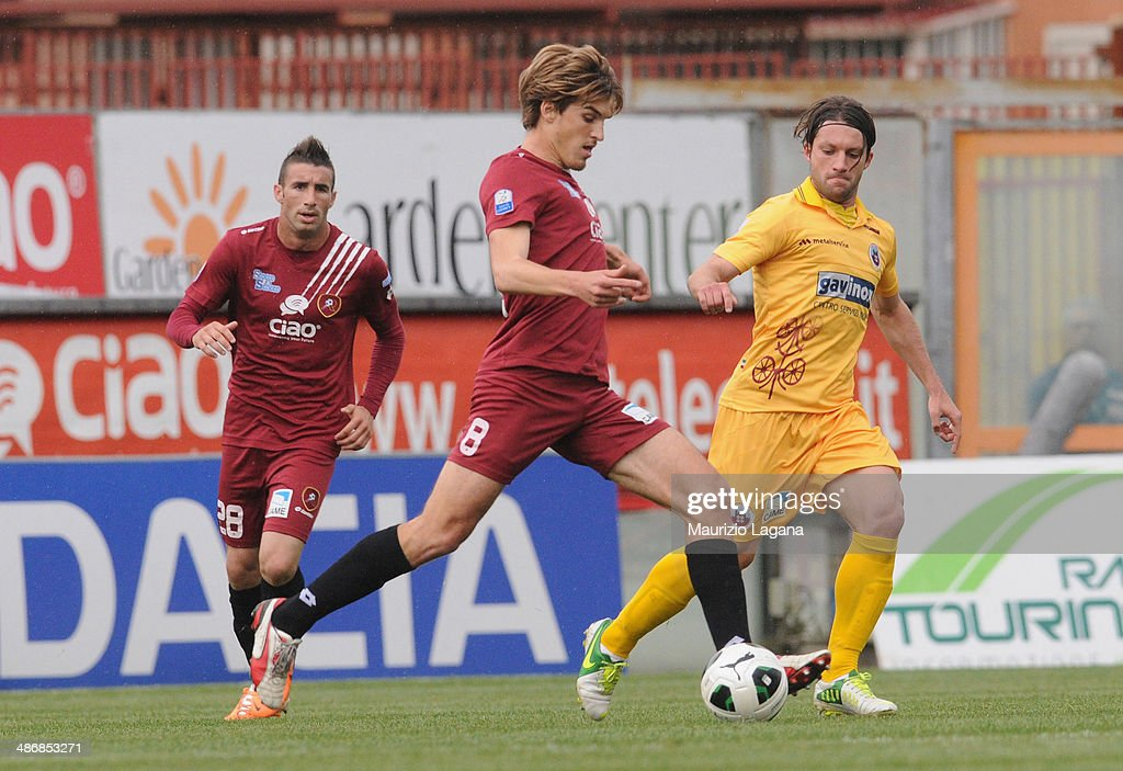 Alessandro Sbaffo of Reggina competes for the ball with Andrea Paolucci of Cittadella during the Serie B match between Reggina Calcio and AS...