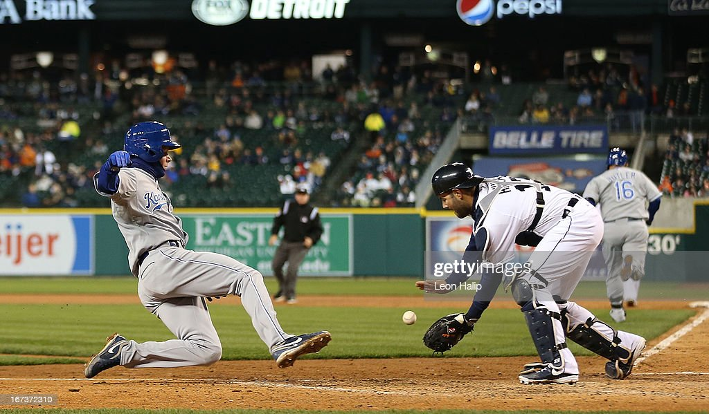 Alex Avilia #13 of the Detroit Tigers gets ready to tag out <a gi-track='captionPersonalityLinkClicked' href=/galleries/search?phrase=Chris+Getz&family=editorial&specificpeople=4936717 ng-click='$event.stopPropagation()'>Chris Getz</a> #17 of the Kansas City Royals at the plate during the fourth inning of the game at Comerica Park on April 24, 2013 in Detroit, Michigan.