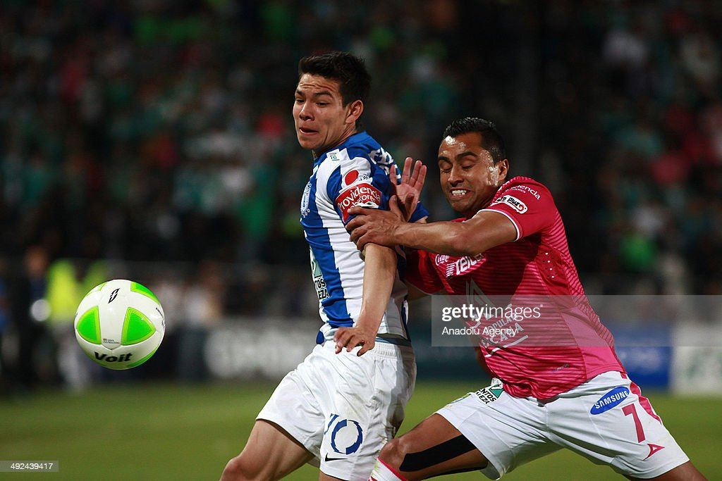 Alex Colon (L) of Pachuca vies for the ball with Edwin Hernandez (R) of Leon, during the Liga BBVA Bancomer MX (Mexican Soccer League) final match between Pachuca and Leon at Hidalgo Stadium on May 18, 2014 in Pachuca, Mexico.