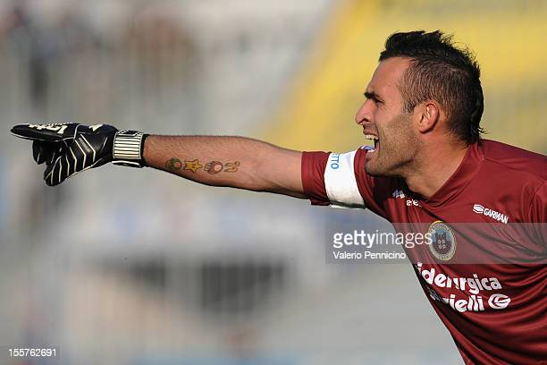 Alex Cordaz of AS Cittadella issues instructions during the Serie B match between Novara Calcio and AS Cittadella at Silvio Piola Stadium on November...