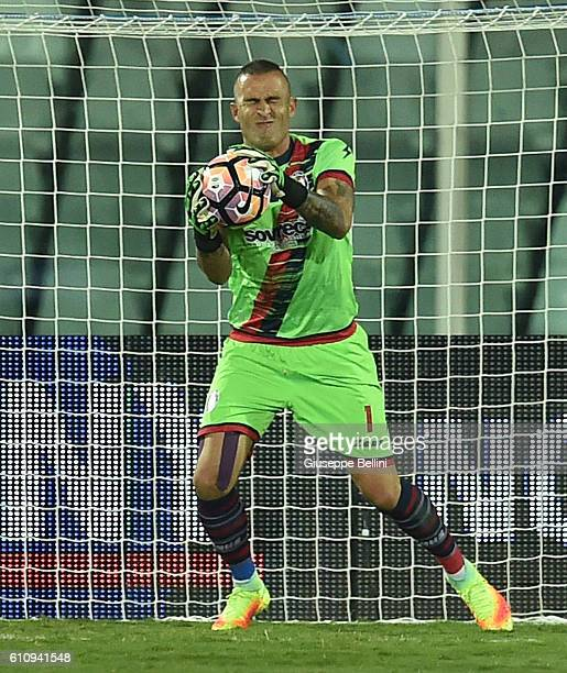 Alex Cordaz of FC Crotone in action during the Serie A match between FC Crotone and Atalanta BC at Adriatico Stadium on September 26 2016 in Pescara...