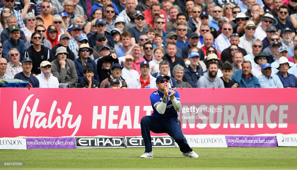 <a gi-track='captionPersonalityLinkClicked' href=/galleries/search?phrase=Alex+Hales&family=editorial&specificpeople=5129140 ng-click='$event.stopPropagation()'>Alex Hales</a> of England catches out Kusal Mendis of Sri Lanka during the 3rd ODI Royal London One Day International match between England and Sri Lanka at The County Ground on June 26, 2016 in Bristol, England.