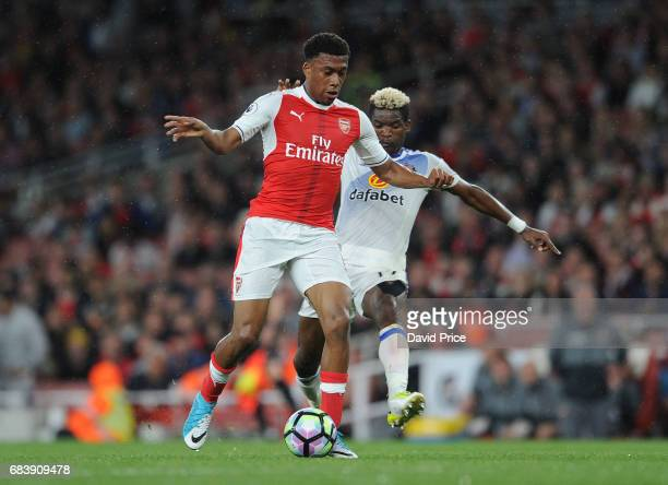 Alex Iwobi of Arsenal takes on Didier N'Dong of Sunderland during the Premier League match between Arsenal and Sunderland at Emirates Stadium on May...