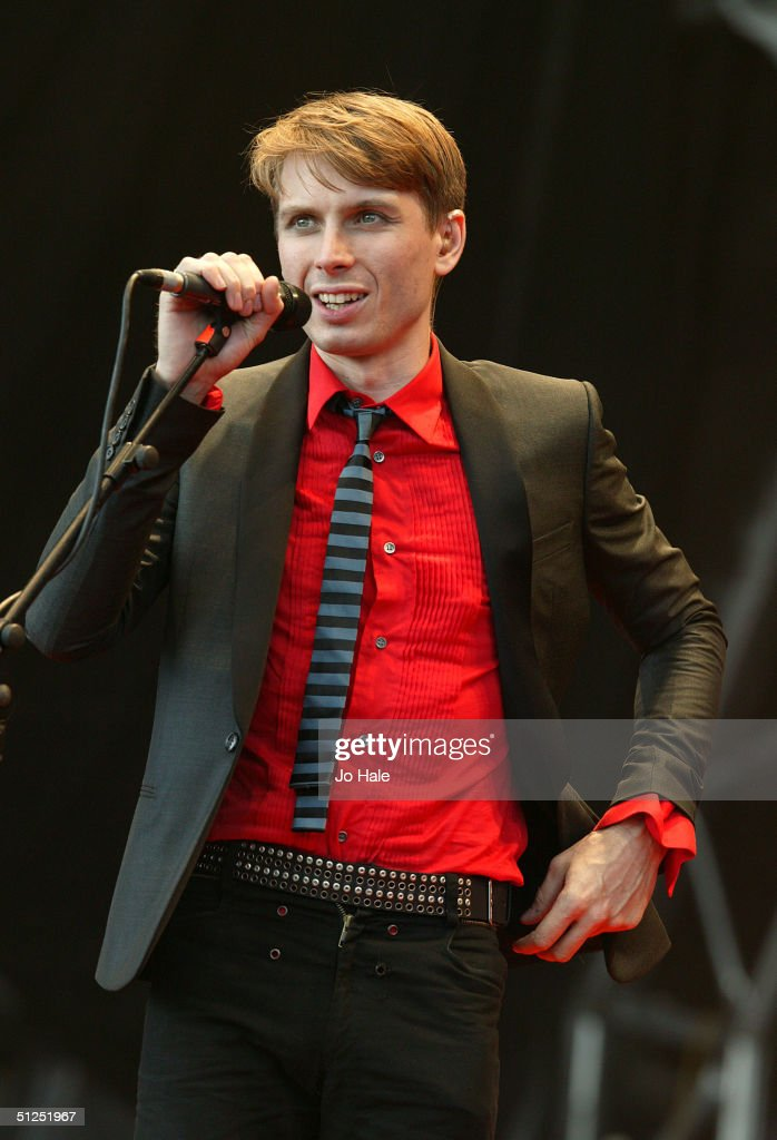 Alex Kapranos of Franz Ferdinand performs on stage during the second day of 'The Carling Weekend: Reading Festival' on August 28, 2004 in Reading, England. The festival takes place at two venues simultaneously with the second site at Bramhall Park, Leeds.