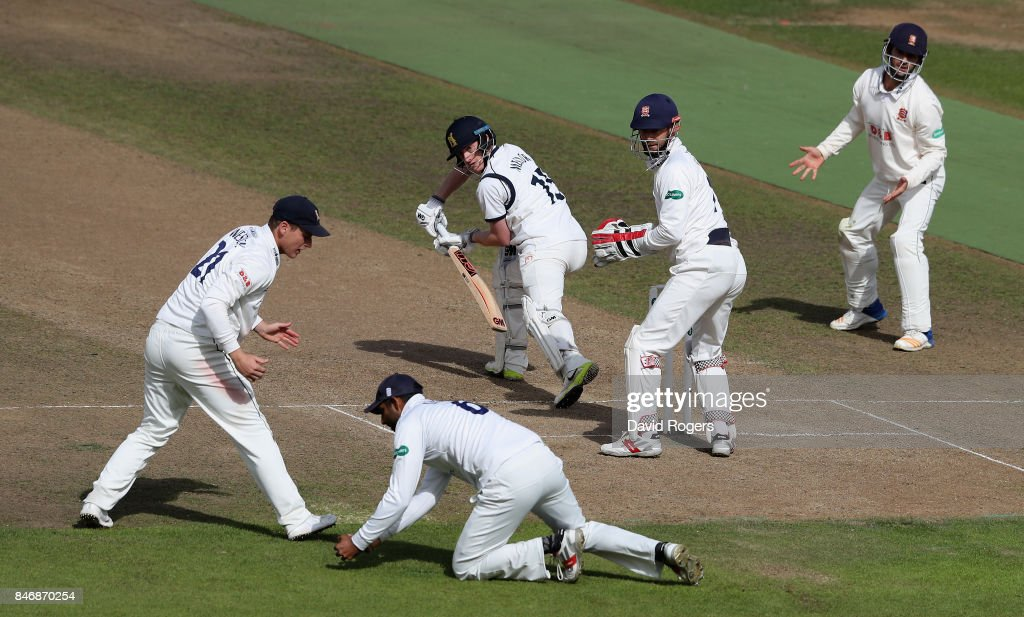 Warwickshire v Essex - Specsavers County Championship: Division One