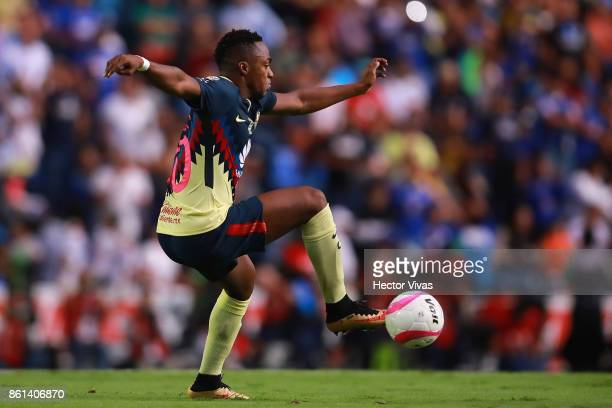 Alex Mina of America drives the ball during the 13th round match between Cruz Azul and America as part of the Torneo Apertura 2017 Liga MX at Azul...