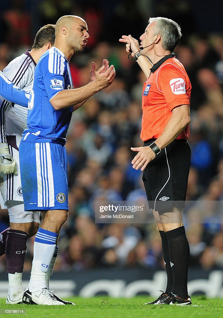 Alex of Chelsea argues with referee <a gi-track='captionPersonalityLinkClicked' href=/galleries/search?phrase=Chris+Foy+-+%C3%81rbitro&family=editorial&specificpeople=696483 ng-click='$event.stopPropagation()'>Chris Foy</a> as he is sent off during the Carling Cup Third Round match between Chelsea and Fulham at Stamford Bridge on September 21, 2011 in London, England.