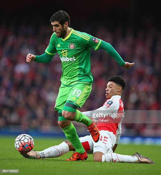Alex OxladeChamberlain of Arsenal and Danny Graham of Sunderland during the Emirates FA Cup Third Round match bewtween Arsenal and Sunderland at...