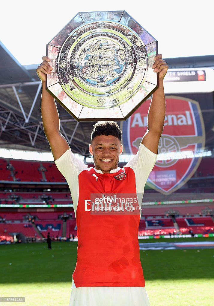 <a gi-track='captionPersonalityLinkClicked' href=/galleries/search?phrase=Alex+Oxlade-Chamberlain&family=editorial&specificpeople=7191518 ng-click='$event.stopPropagation()'>Alex Oxlade-Chamberlain</a> of Arsenal celebrates with the trophy after victory during the FA Community Shield match between Chelsea and Arsenal at Wembley Stadium on August 2, 2015 in London, England.
