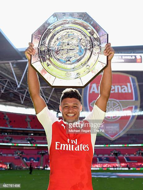 Alex OxladeChamberlain of Arsenal celebrates with the trophy after victory during the FA Community Shield match between Chelsea and Arsenal at...